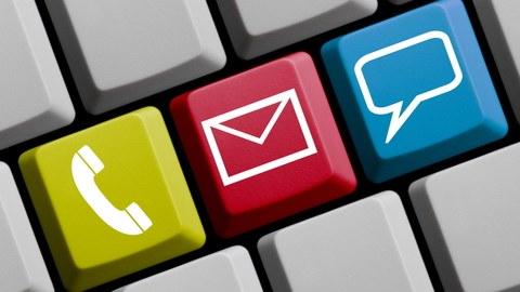 Auf dem Foto ist eine Nahaufnahme einer Tastatur zu sehen. Drei nebeneinander liegende Tasten sind dabei unterschiedlich eingefärbt und mit den Symbolen Telefon, Brief und Sprechblase versehen.