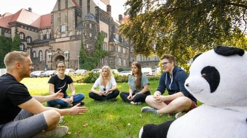 Studierende vor dem Schumann-Bau