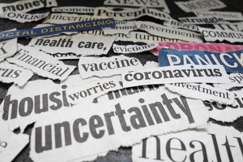 Zu sehen sind Zeitungsschnippsel