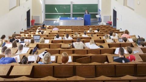 Foto von einem Hörsaal, in dem gerade eine Vorlesung stattfindet.