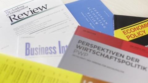 Zu sehen sind einige Journals, die auf einem Tisch liegen.