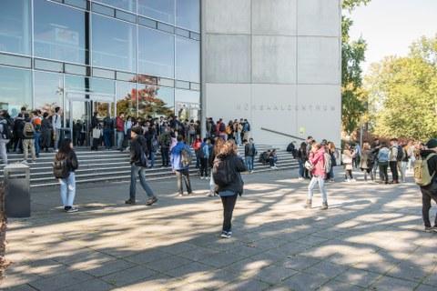 Viele Studenten vor dem Hörsaalzentrum der TU Dresden im Sommer