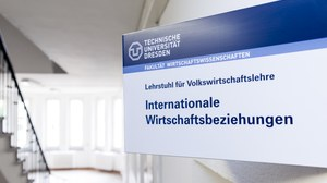 Photo of the Sign of the Chair of International Economics in the staircase of the Hülße-Bau