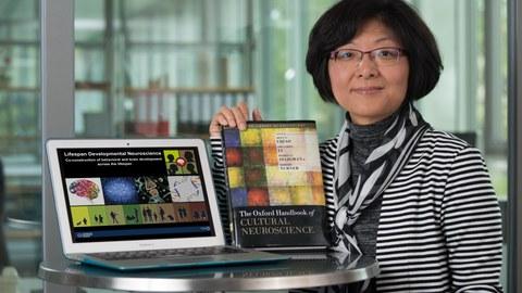 Porträt mit Laptop Prof. Li