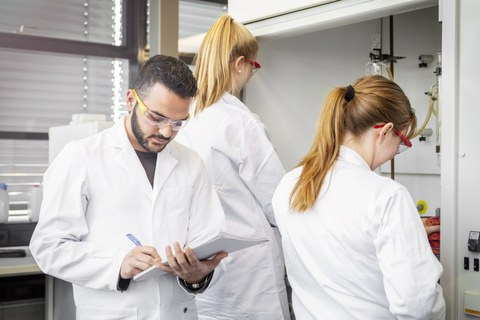 3 students working in a lab