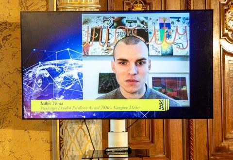 Ein Kopf einer Person auf einem Fernsehbildschirm