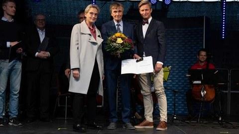 TUD Rektorin Prof. Ursula M. Staudinger, Prof. Kai Simons und TUD Kanzler Dr. Andreas Handschuh
