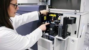 Frau arbeitet an einem wissenschaftlichem Gerät