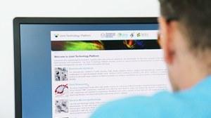 Nutzer der Technology Plattform betrachtet deren Webseite