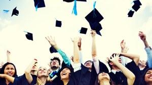 Doktoranten werfen ihre Hüte zum Abschluss der PhD in die Luft