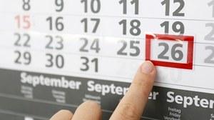 Ein Finger zeigt auf ein Datum in Kalender