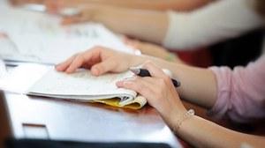 Studenten sitzen im Hörsaal und schreiben