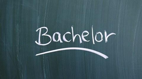 """Das Wort """"Bachelor"""" steht an einer Tafel"""