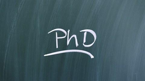 """Das Wort """"PhD"""" steht an einer Tafel"""