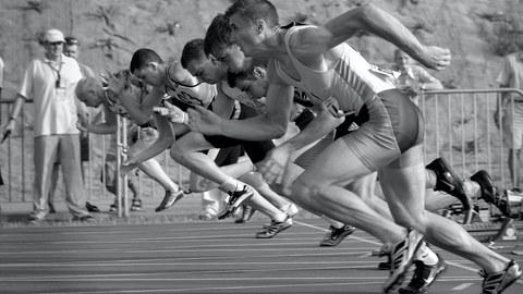 Foto schwarz-weiß startende Läufer