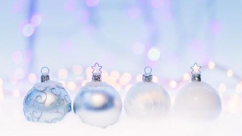 Weihnachtliche Glaskugel in Silber