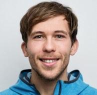 Foto: lächelnder Mann mit blauer Jacke