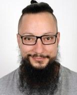 Foto: Mann mit schwarzer Brille und schwarzem Bart
