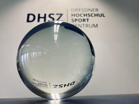 Foto: Glaskugel vor dem Logo des DHSZ