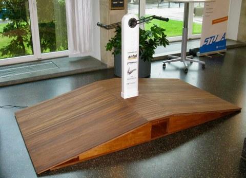 Foto: Ständer mit Kurbel auf Holzplattform