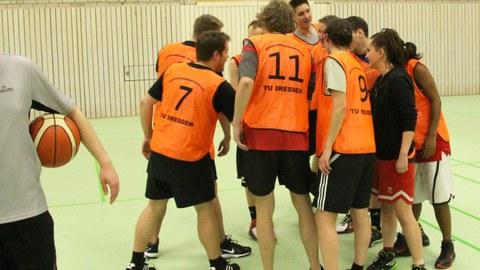 Teambesprechung beim Basketball