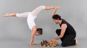 Akrobaten mit Schachbrett