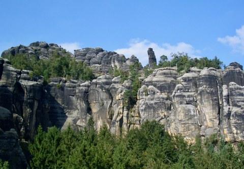 Felsenkette mit auffallender einzeln stehender Felsnadel