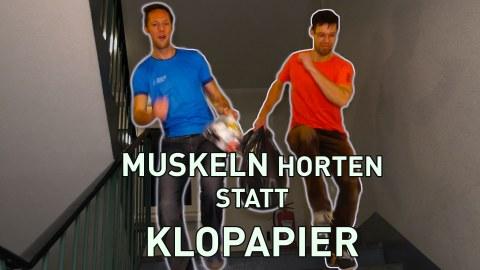 """Zwei Männer rennen mit einem Müllbeutel eine Treppe runter. Auf dem Bild steht """"Muskeln horten statt Klopapier"""""""