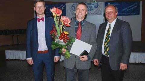 Die Ehrenmedaille der TU Dresden und einen Strauß Blumen übergab TUD-Kanzler Dr. Andreas Handschuh (l.) auf der Sportlerehrung an Andreas Heinz (M.). Der langjährige Direktor des Universitätssportzentrums geht Ende 2017 in den Ruhestand.