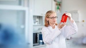 Frau mit Reagenzglas