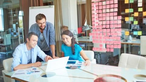 Forschende und Berater arbeiten zusammen, um Lösungen für das Datenmanagement zu entwickeln