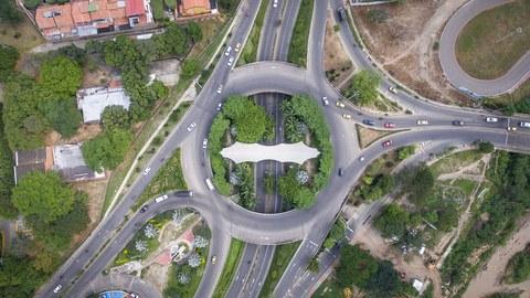 Straßenkreuzung von oben
