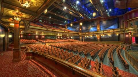 Ein Theatherraum, mit ca. 300 Plätzen, sehr weitläufig.