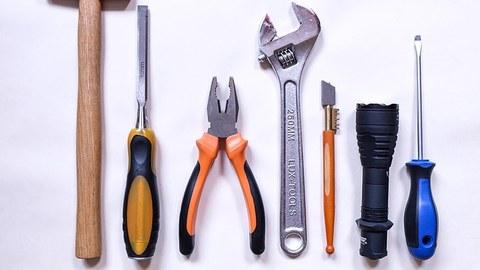 Verschiedene ordentlich aneinandergereihte Werkzeuge