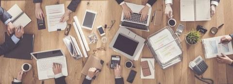 Schreibtisch mit Laptops und Papier