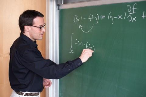 Prof. Sbalzarini schreibt eine Formel an die Tafel
