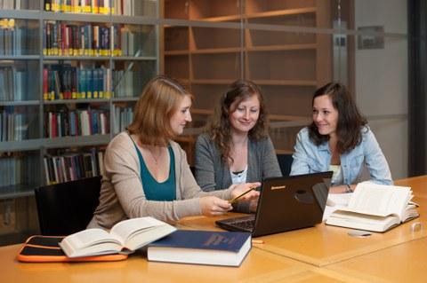 drei Nachwuchswissenschaftlerinnen in der SLUB
