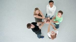 Nachwuchswissenschaftler halten sich an den Händen