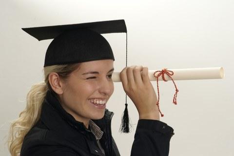 Doktorandin mit Urkunde