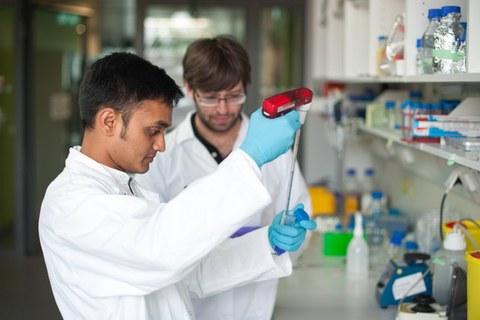 Zwei Doktoranden im Chemielabor