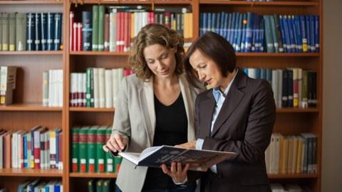 Professorin spricht mit einer Postdoktorandin