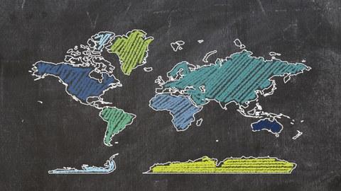 Tafel auf der mit Kreide gezeichnet die Umrisse der Kontinente zu sehen ist.