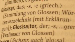 Zu sehen ist der Wörterbucheintrag für das Wort Glossar. Dort steht: Glossar, das; -s, -e <griech.> (Sammlung von Glossen; Wörterverzeichnis [mit Erklärungen])