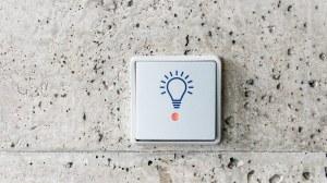 Auf dem Bild ist ein Lichtschalter abgebildet. Auf dem Lichtschalter sieht man das Symbol einer Glühbirne.