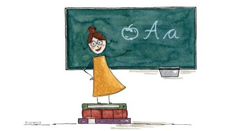 Eine Lehrerin steht auf einem Stapel Bücher und zeigt auf eine Tafel.