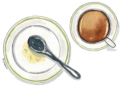 Ein Teller, auf dem ein Löffel liegt und eine Tasse Kaffee.