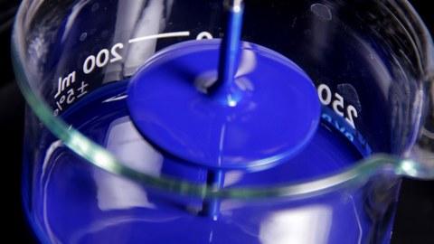Blauer Farbstoff im Becherglas