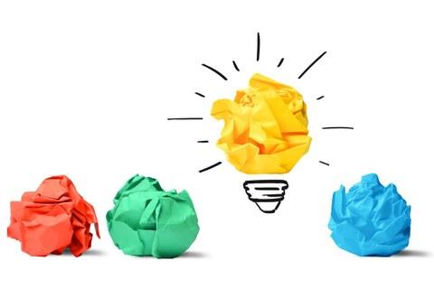 Fotos von bunten Papierschnipseln, die nebeneinander liegen. Um das gelbe Papierschnipsel ist eine Glühbirnenfassung und gemalt. Es symbolisiert demnach eine Glühbirne.