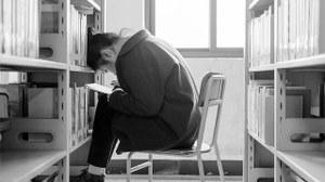 Mann am Bücherregal