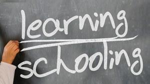 Tafel mit Aufschrift Learning Schooling